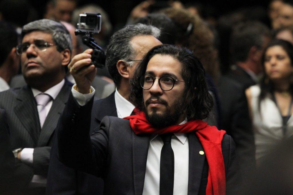 Jean Willys diz que apoiadores de Bolsonaro são 'Robôs, violentos, sem talento e invejosos'