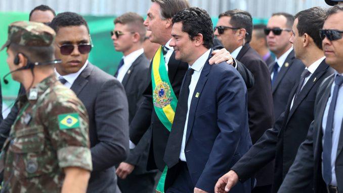 Moro abraçado com Bolsonaro