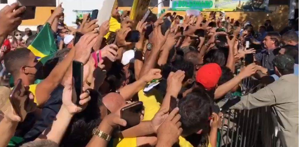 Bolsonaro é recebido e aclamado por multidão na Bahia