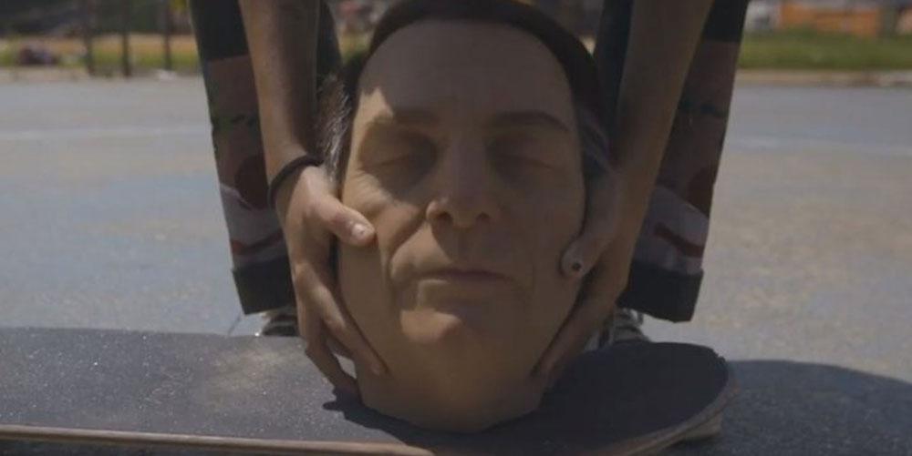 Grupo de esquerda faz 'protesto' utilizando 'cabeça decapitada' de Bolsonaro